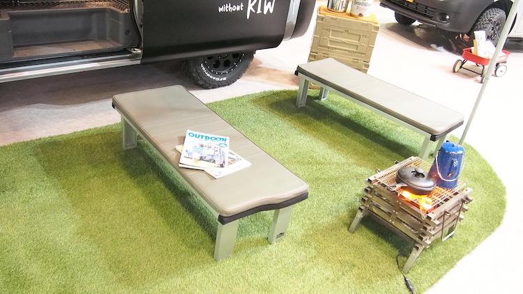 <p>ベッドとなる部分を車外に持ち出してベンチとして活用することも可能だ</p>