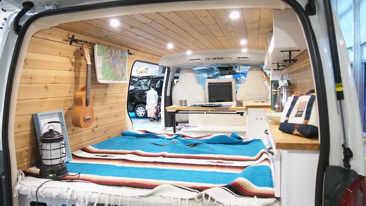 <p>内装にはウッド素材を多用し、天井や内壁などもログハウスのような雰囲気に仕立てている</p>
