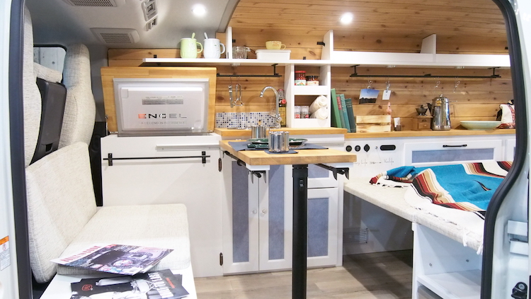 <p>車内にはキッチンを備え、ベッドスペースはリビングにも転換可能。リラックスできそうな空間だ</p>
