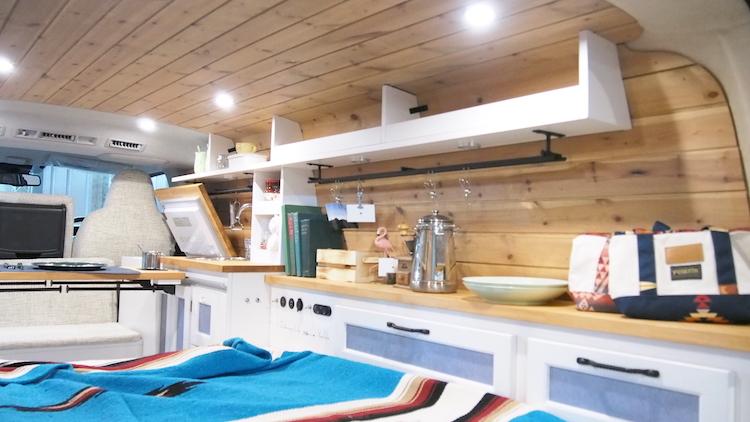 <p>壁面に作り付けの棚を設けるなど、生活空間としての利便性にも配慮している</p>