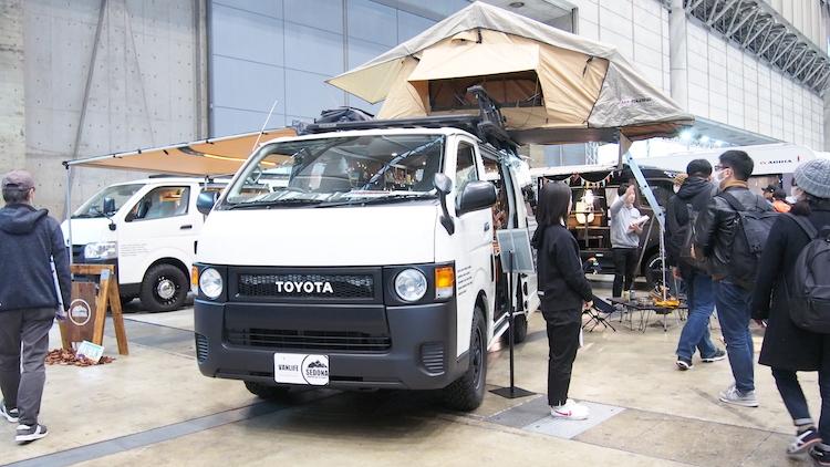 <p>オプションのルーフテントを装備したSEDONAの「typeⅢ」もトヨタ「ハイエース」がベース。車両価格:422万7000円〜</p>