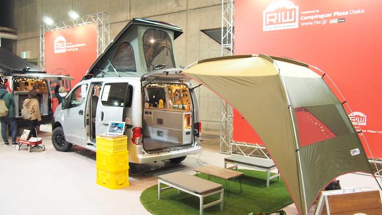 <p>就寝時にベッドとなる部分は車外に持ち出してベンチとしても使用可能。車内と車外を1つの空間にできるテントもオプションで用意</p>