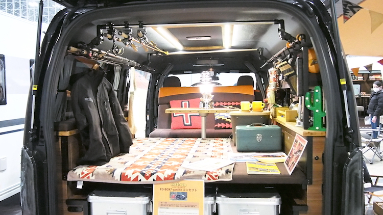 <p>展示車にはロッドホルダーも装備するなど、趣味への対応も万全</p>