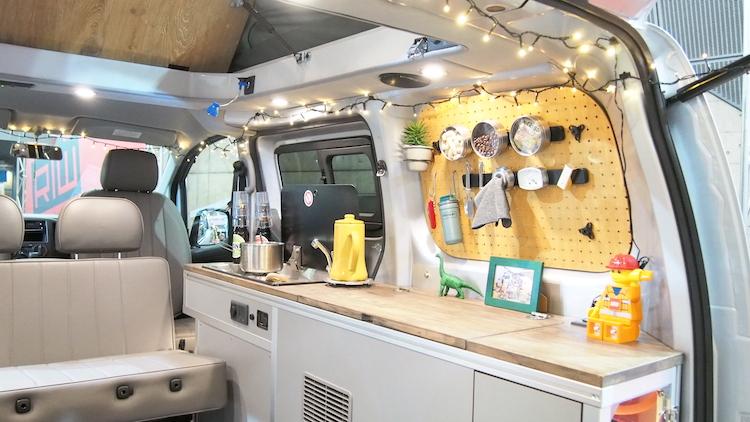 <p>車内にキッチンを備えるほか、有孔ボードを使った収納スペースがオシャレな雰囲気</p>