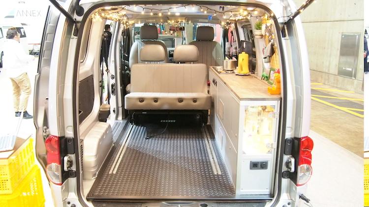 <p>ベッド部分を車外に持ち出すと、車内のスペースが広がり、キッチンなども使いやすくなる</p>