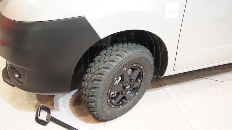 <p>展示車にはオフロード向けのタイヤが装着され、車高も上げられてSUVっぽいルックスに</p>