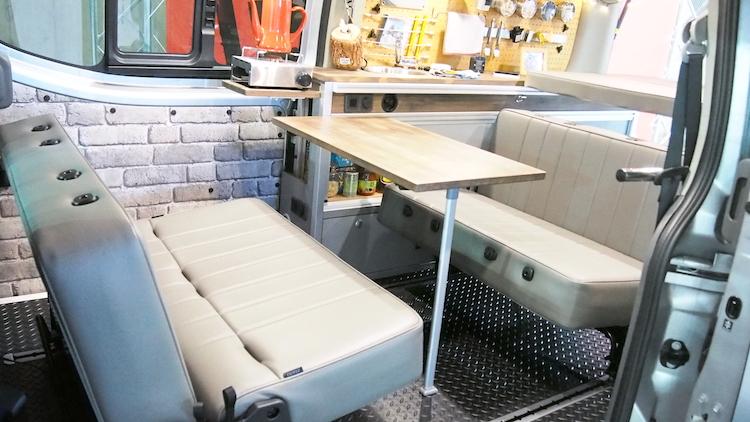 <p>後部座席は対面する形にアレンジ可能で、食卓を囲めるほか、ベッドにも形を変える</p>