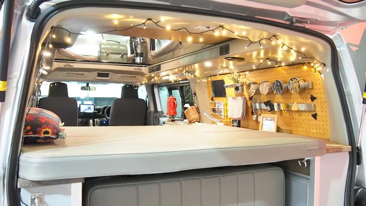 <p>ラゲッジスペースにもベッドを備えるほか、キッチンも装備している</p>