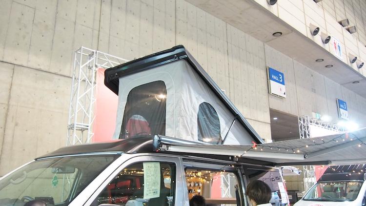<p>屋根の部分に装備されたポップアップルーフを開けば、ここも就寝スペースに</p>