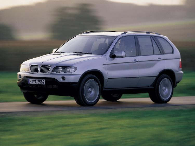 <p>日本でも2000年に発表され、まずは4.4リッターV8を搭載した4.4iが835万円で導入された</p>