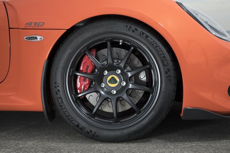 <p>前後サスペンションにはアイバッハ製アンチロールバーも装着された。ブレーキはAPレーシング製、軽量鍛造ホイールを装着し、タイヤサイズは前215/45ZR17、後285/30ZR18となる</p>