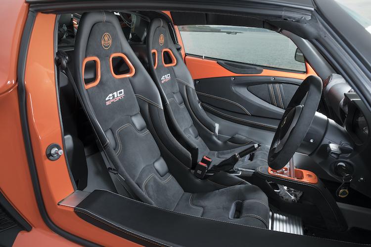 <p>ロータスオリジナルのカーボン製スポーツシートを採用する。表皮はアルカンターラ/レザー、フルレザー、タータンから選択可能</p>