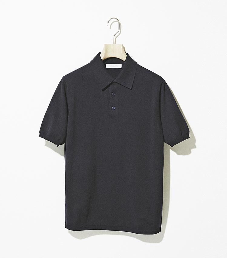<p><strong>クルチアーニ</strong><br /> 極細番手である27ゲージニットを使用したポロは、ブランドのベストセラーモデル。少し大きめかつ台襟付きの襟と袖と裾の細リブがモダンかつ、大人のエレガンスを演出。美しい開き方を見せる襟に、程よいフィット感が得られるシルエットも◎。首周りや袖とボディの接続部分には美しいヘラシと呼ばれる最高級ニットブランドとしての伝統技法が息づく。3万9000円(ストラスブルゴ)</p>