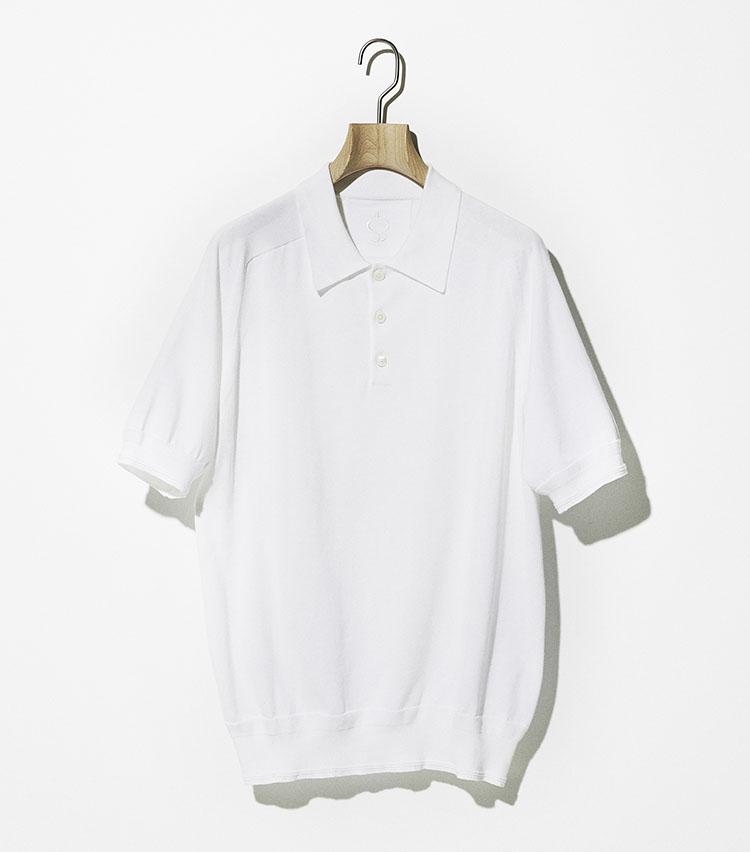 <p><strong>サイドスロープ</strong><br /> エジプトギザコットンを使用したニットポロは、毛羽が出ない紡績法のため、風合いが良くシルクのような手触り感を味わえる。長めの袖で、裾と袖口のリブにはブランドの特徴である振り柄を施し、シンプルなデザインの中にアクセントを加味。クリーンなホワイトが春夏の清涼感を演出してくれる。家庭での洗濯機洗いが可能(要ネット)。1万8000円(フェニックスインターナショナル)</p>