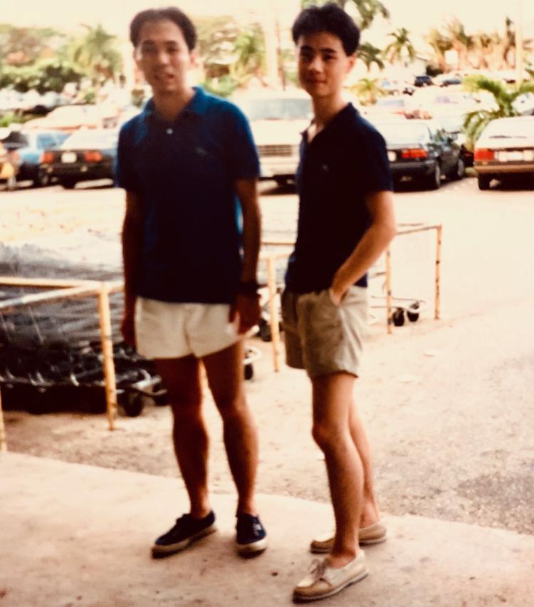 <p>1988年に社員旅行で行ったグアムでの写真。キングスウッドのショーツにフレンチラコステ、足元はコールハーンのレザーデッキシューズ。</p>