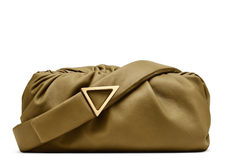 <p>肩からの斜め掛けや、ストラップを取ってポーチとしてもお使い頂けるデザインが特徴。トライアングルモチーフのバックルも着こなしのアクセントになってくれる。縦12×30×マチ16cm。29万円</p>