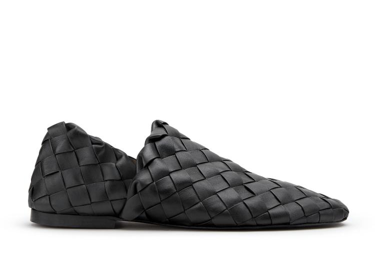<p>ナッパレザーによるイントレチャートが足を包み込むような優しい履き心地のスリッポンシューズ。かかとの部分を踏んで、スリッパシューズとしても着用頂けるリラックス感のあるスタイルに仕上げられる。18万4000円</p>