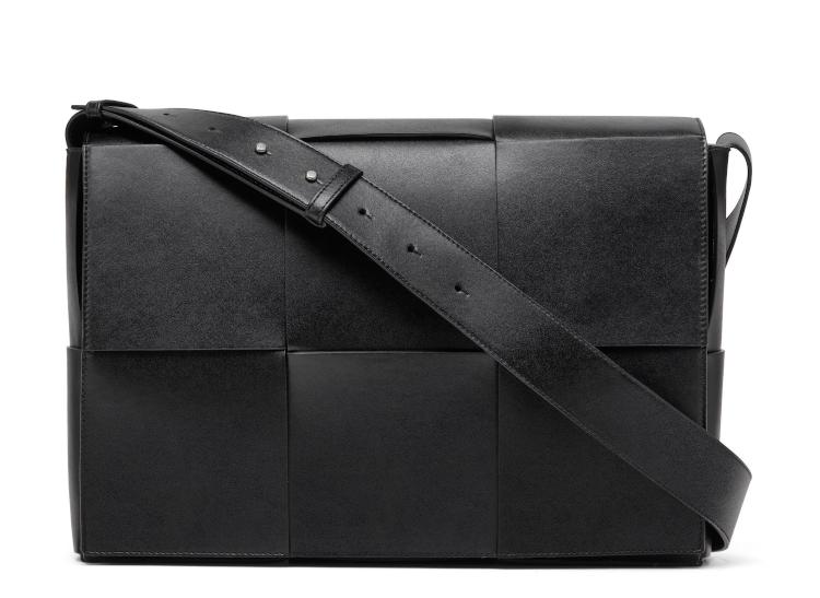 <p>耐久性に優れたカーフ「アーバンレザー」を太幅のイントレチャートに編み上げたモダンなデザインのメッセンジャーバッグ。縦25×38.5×マチ11 cm。34万5000円</p>