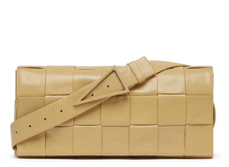 <p>軽やかなカーフを編み、オーソゴナルの(直交する)イントレチャートにデザインしたメッセンジャーバッグ。こちらもトライアングルモチーフになったバックルが特徴だ。縦14 ×横28×マチ4cm。20万8000円</p>