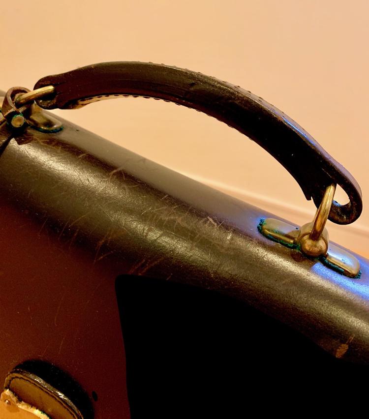 <p>ブライドルレザーを何層にも重ねた、一生ものにふさわしい堅牢な作りのハンドル。</p>