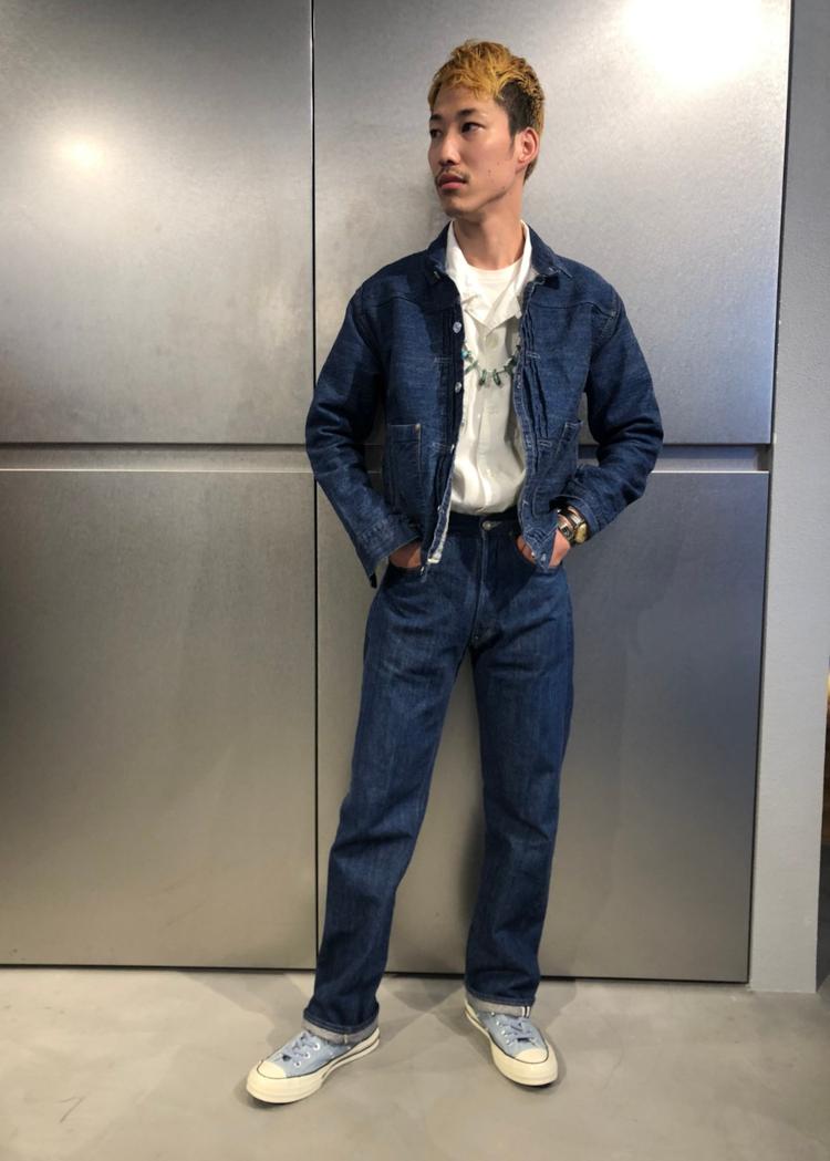 <p><strong>リーバイス® 原宿フラッグシップストア スタイリスト<br /> 鈴村倖平さん(28歳)</strong><br /> 「LVCの501言えは1947年モデルや1966年モデルをイメージされる方も多いと思いますが、自分は1980年モデルの 501®!!!お世話になっていた先輩が男らしくかっこよく穿いていたのに憧れて、履き始めました。1890モデルはライトオンスで夏も穿けるし、サスペンダースタイルでTシャツやシャツを合わせればスタイリングが完成するのも大好きです。」</p>