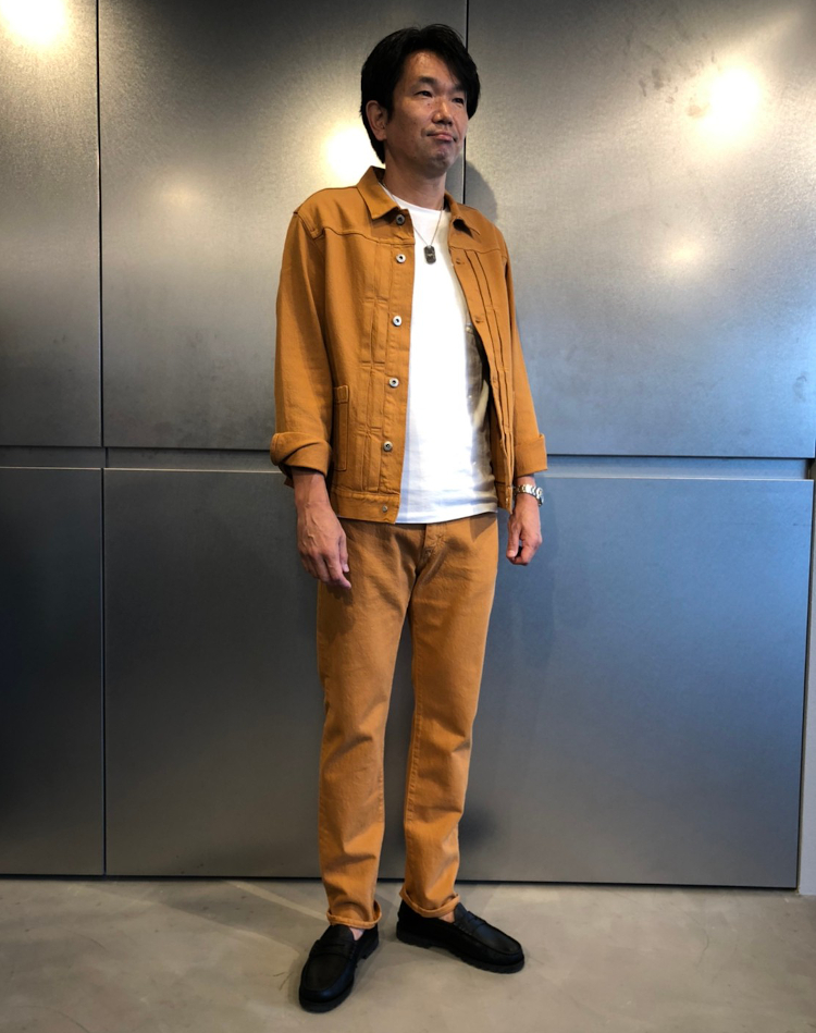 <p><strong>セールスディレクター<br /> 服部哲也さん(52歳)</strong><br /> 「長年リーバイス®で働いていると正直ブルーデニムに飽きる時があります。この夏は色デニムに挑戦して少し自分のスタイルをアップデートさせたいと思いこのスタイルにしてみました。」</p>