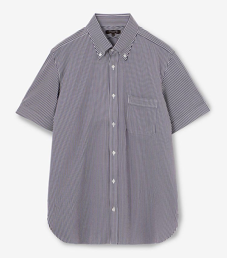 <p><strong>MACKINTOSH LONDON</strong><br /> マッキントッシュ ロンドン「ストライプジャージー シャツ」<br /> <strong>機能満載のジャージー素材は必見</strong><br /> シングルカフス付きの半袖ボタンダウンシャツ。特筆すべきはジャージー素材を使用している点にある。イタリア産の原料を日本で編み上げた生地は、布帛のような見た目で実に品がいい。ストレッチ性のほか、吸水速乾、接触冷感、UVカット(遮蔽熱)と、機能性の高さも見逃せない。1万6000円<br /> <a class=