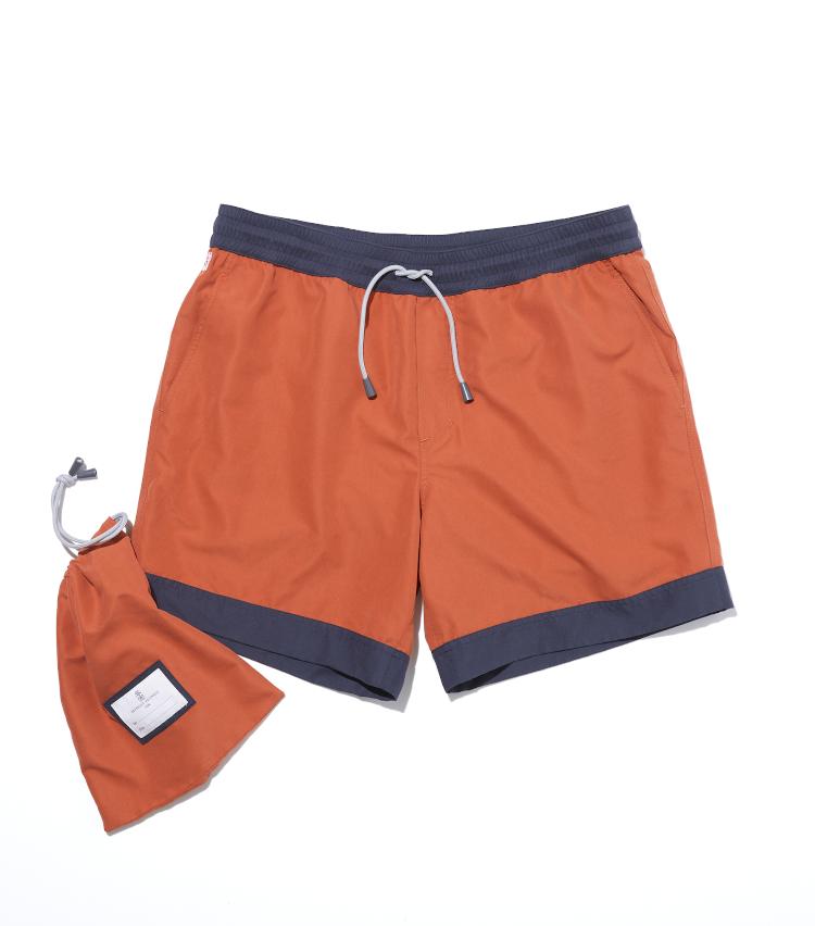 <p><strong>ブルネロ クチネリ</strong><br /> 快適さとエレガンスをミックスした、軽やかなブルネロ クチネリのバイカラービーチショーツ。温かみのあるスモーキーなオレンジにネイビーグレーの配色で、ラグジュアリー×スポーツを演出する。ウエストはドローストリング付きで、フロントサイドにはオープンポケット、バックポケットはジッパー付きになる。同素材のポーチが付属する。5万6000円(ブルネロ クチネリ ジャパン)</p>