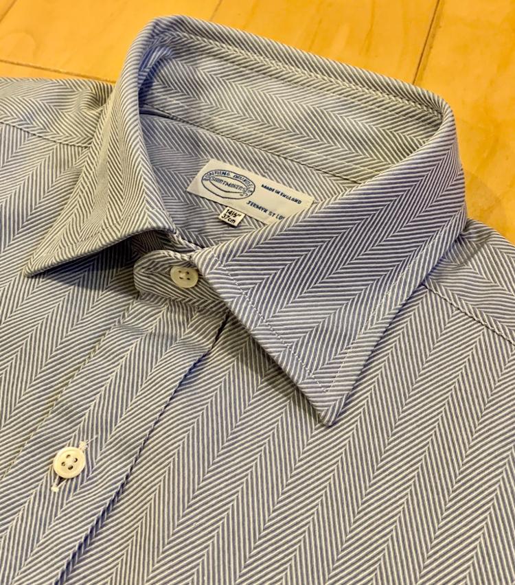 <p>絶妙な開きの角度と大きさのセミワイド、イタリアのシャツとは明らかに違う雰囲気を感じさせる襟型です。</p>