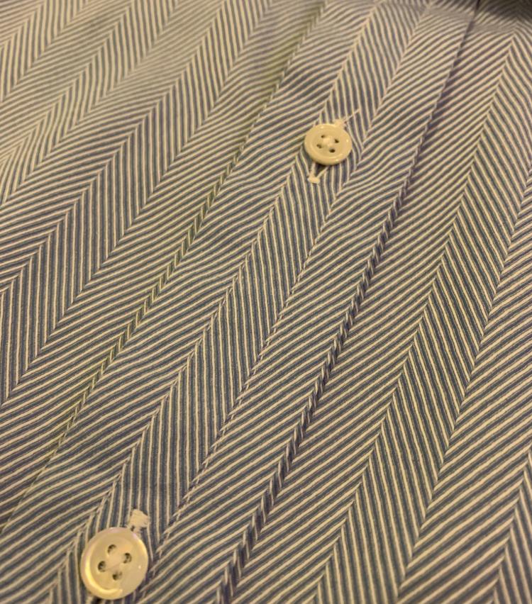<p>英国のシャツの特徴でもある前立ての中心に入ったステッチ。</p>