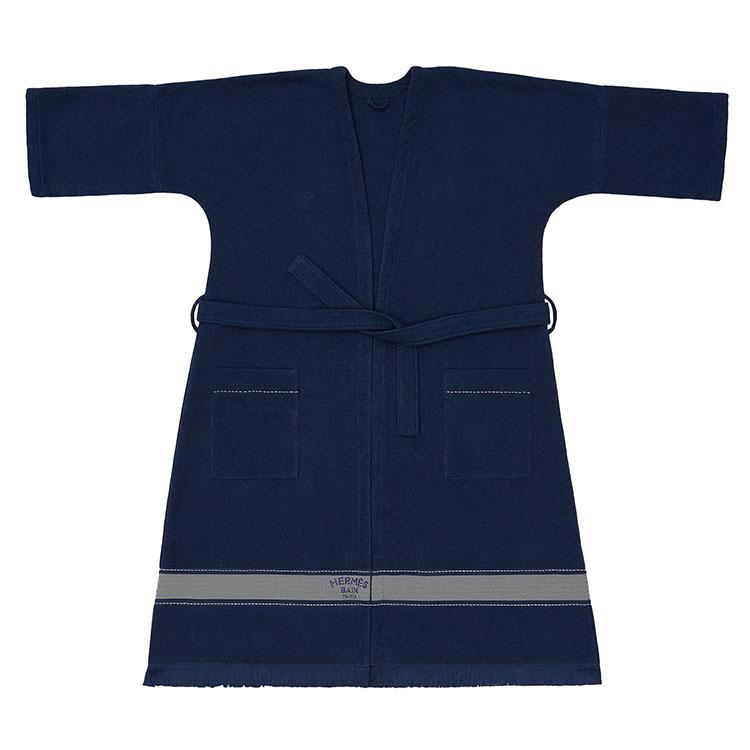 <p>ビーチローブ GM「ヨッティング」は男女問わず着用可能なビーチガウンだ。「Hermès Bain」の刺繍が配されており、シンプルななかにも高級感溢れるデザインとなっている。綿100%。12万6000円(ショート丈のモデルもあり。11万9000円)</p>