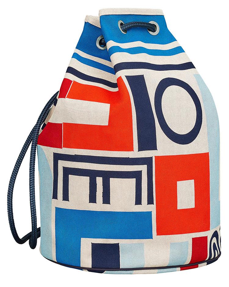 <p>こちらもビーチタオル同様「カレ・タカン」のデザインの、ビーチバッグだ。撥水性があり、バックパック、ショルダー、斜め掛けと3種の持ち方が可能。縦40x横25xマチ50cm。21万9000円</p>