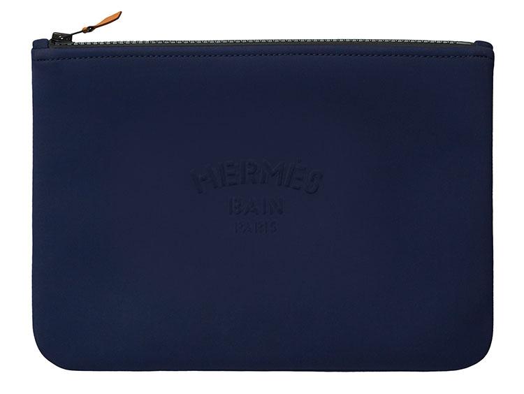 <p>「Hermès Bain」のエンボスロゴが入ったポーチ「ネオバン」。撥水性がありビーチサイドやプール際でも安心して使える。全部で3サイズ展開。素材はポリアミド80%、エラスタン20%。ポーチMM :縦28×20cm。3万7000円(その他、ポーチPM :21×15cm 、ポーチGM 34×25 cmの展開もあり)</p>