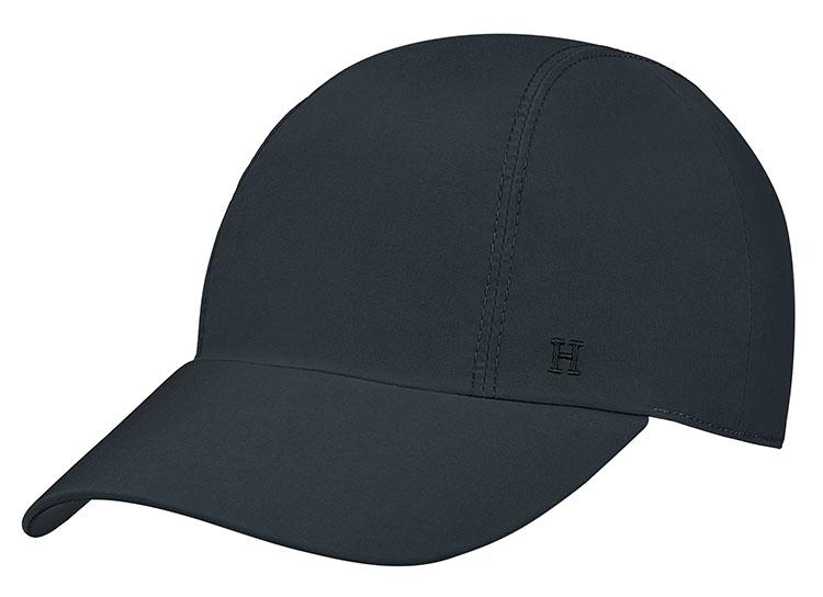 <p>こちらも「Hermès Bain」のエンボスロゴが入ったキャップ「マイルス」。<br /> 撥水性も備えておりビーチにも最適だ。ワントーンの色使いがシックで大人らしい印象を与えてくれる。4万8000円</p>