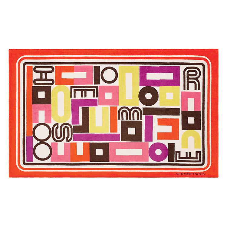 <p>アーティスト、ジャンパオロ・パニによる独自の制作技術に従い、スポンジを使用して作り出された「カレ・タカン」のデザイン。Hermèsの6文字を巧みに配置した、パズルのようにグラフィカルな柄が美しい。包まれるような柔らかい肌触りの綿100%のビーチタオルだ。縦90×横150 cm。7万円</p>