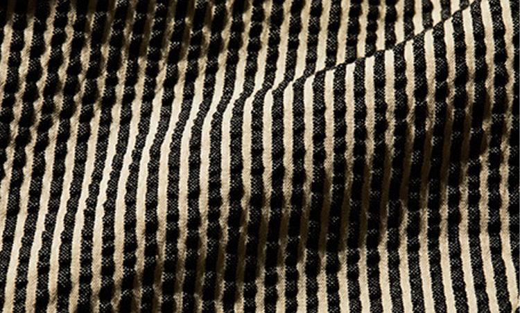 <p><b>シアサッカー</b> <br /> ポコポコとした立体的なシボが入るように織り上げた薄手生地のこと。肌に触れる面積が少ないため、涼やかな着心地となる。コットンのほか、リネンやシルク、ウールなどを混紡したものも多い。</p>
