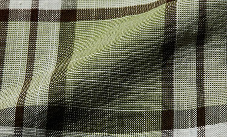<p><b>コットン</b> <br /> 吸水性に優れるほか、取り扱いの容易さでシャツやパンツなど幅広い用途で使われるコットン。高番手の糸を平織りしたものは通気性も高く、盛夏用のセットアップスーツやジャケットによく使われる。</p>