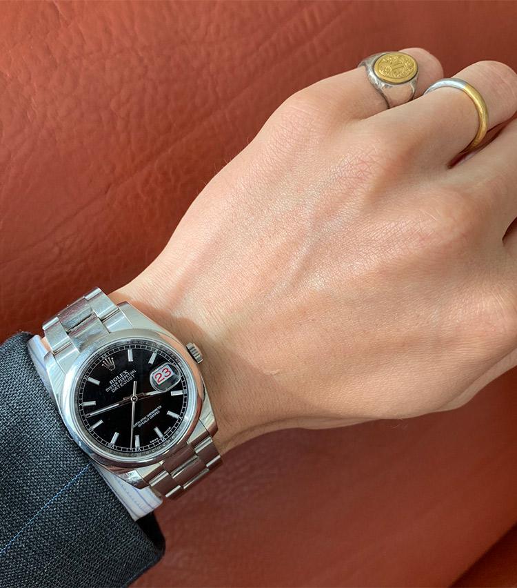 <p><strong>バーニーズ ニューヨーク MDメンズチーム 橋本侑太さんの愛用時計<br />ロレックス/OYSTER PERPETUAL DATEJUST</strong><br /> 「妻からもらった思い出の品です。将来息子が大きくなったら譲れるようシンプルな佇まいのものを選びました。ドレススタイルをメインに、上品なカジュアルスタイルにも合わせられる一本です」</p>
