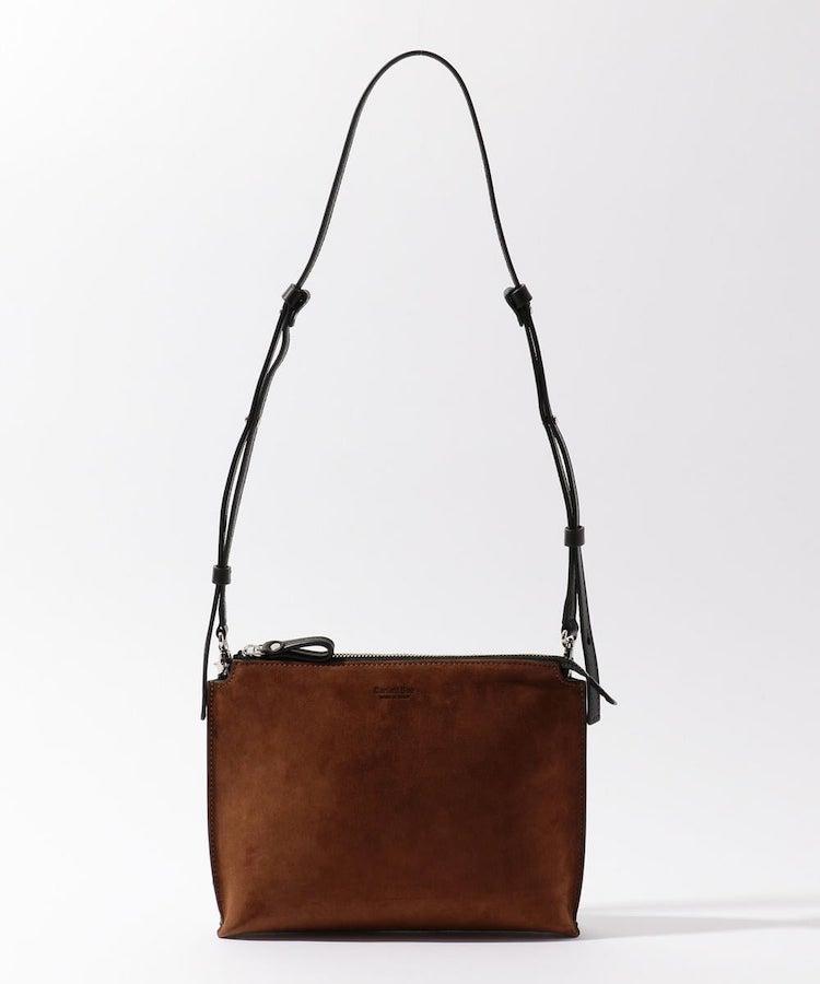 <p><strong>【人気No.1休日バッグ】<br /> ダニエル&ボブ×トゥモローランドのミニショルダーバッグ</strong><br /> 休日鞄は、手ぶらOKなミニショルダーが主流になりつつある。なかでも売れ筋は人気イタリアブランドと作った2WAYバッグ。美発色のスエード素材はどんな服にも似合い、かつ全身を格上げをしてくれる。ストラップを外してクラッチ持ちすればディナーにも対応可。3万9000円<br /> <a class=