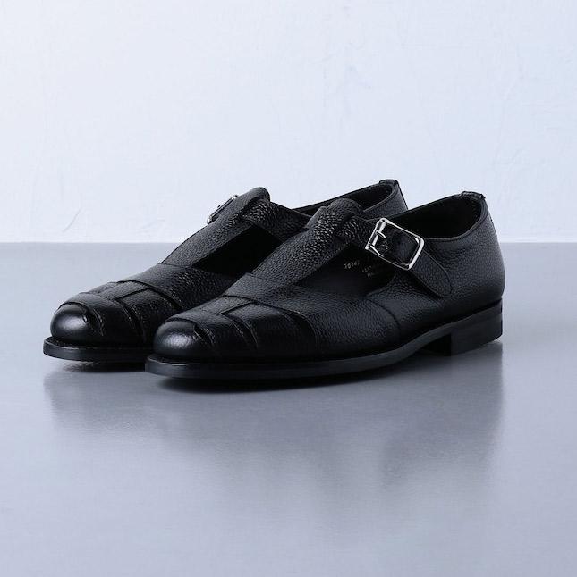 <p><strong>【人気No.1サンダル】<br /> クロケット&ジョーンズの別注シボ グルカ サンダル</strong><br /> オールブラックの上品なレザーサンダルが充実している、今季のユナイテッドアローズ。なかでも人気トップは、人気英国靴ブランドにシボ革で別注したこちらで、ミリタリー由来のワイルドなグルカサンダルがドレッシーに昇華され、履き回ししやすくなっている。7万9000円<br /> <a class=