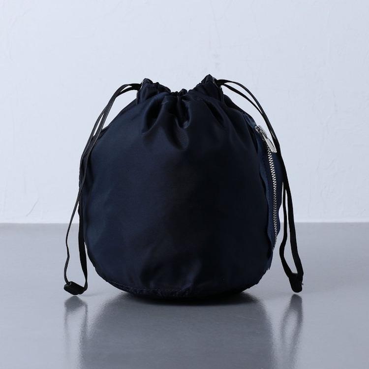 <p><strong>【人気No.2週末バッグ】<br /> ユナイテッドアローズのナイロンパース</strong><br /> 2位はメンズバッグとして定番化しつつある巾着バッグ。開口部だけでなく、サイドジッパーからも中身にアクセスできるところが便利に使える。光沢を抑えたマットなナイロン、小さすぎない適度なサイズ感も、フェミニンになりすぎず男らしく持てる。5000円<br /> <a class=