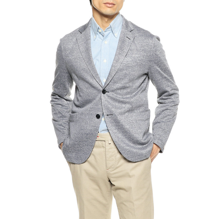 <p><strong>【人気No.2ジャケット】<br /> 0909の限定リネンジャージージャケット</strong><br /> 2位はイタリアのファクトリーブランドもの。涼しげなメランジ調ジャケットは、リネンベースでサラサラの肌触り。袖裏を省いているため、半袖シャツやポロシャツに重ねても張り付かず、爽やかに着られる。日本で購入できるのは同店のみ。7万2000円</p> <p><a class=