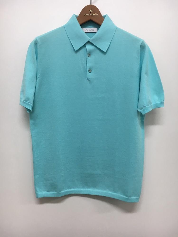 <p><strong>【人気No.3ポロシャツ】<br /> クルチアーニのニットポロシャツ</strong><br /> 1位に続き、3位もクルチアーニ。こちらは27ゲージのニットポロで、細くて柔らかい糸をハイゲージに編み立てているため、肌触りの良さは格別。ジャケットを羽織ってももたつかないシルエットも好評で、同店ではすっかり定番化している。3万9000円</p> <p><a class=