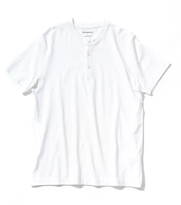 <p><strong>16.デザインワークスのヘンリーネックTシャツ</strong><br /> 甘く撚られたコットン糸が、柔らかな肌触りを楽しませる。首元の布タグをなくしプリントで表記したことも、肌ストレス軽減を後押しする。1万円(デザインワークス 銀座 TEL:03-3573-6210)</p>