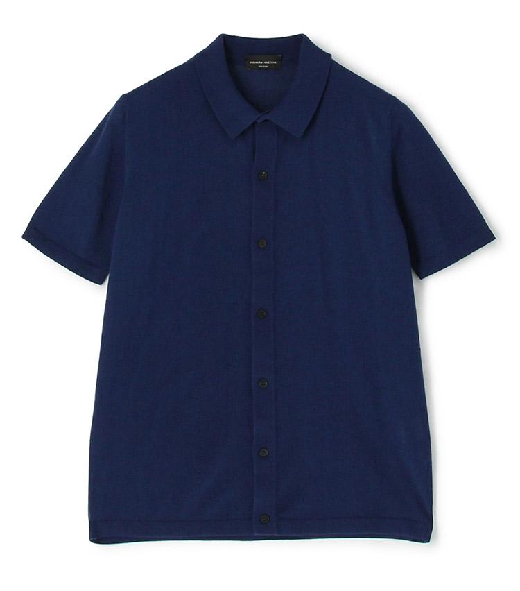 <p><strong>【人気No.3ポロシャツ】<br /> ロベルト コリーナのコットンニットポロ</strong><br /> 3位はイタリアのニットファクトリーの前開きポロ。強く撚った綿糸で編んでいるため、ドライタッチで真夏もさらさら。表面に味わい深いシボやシワがあるのも特徴で、一枚で着ても様になる。前を開けて羽織りとしても着られるので、レイヤード次第で着こなしの幅が広がるところも人気の理由だ。2万3000円<br /> <a class=