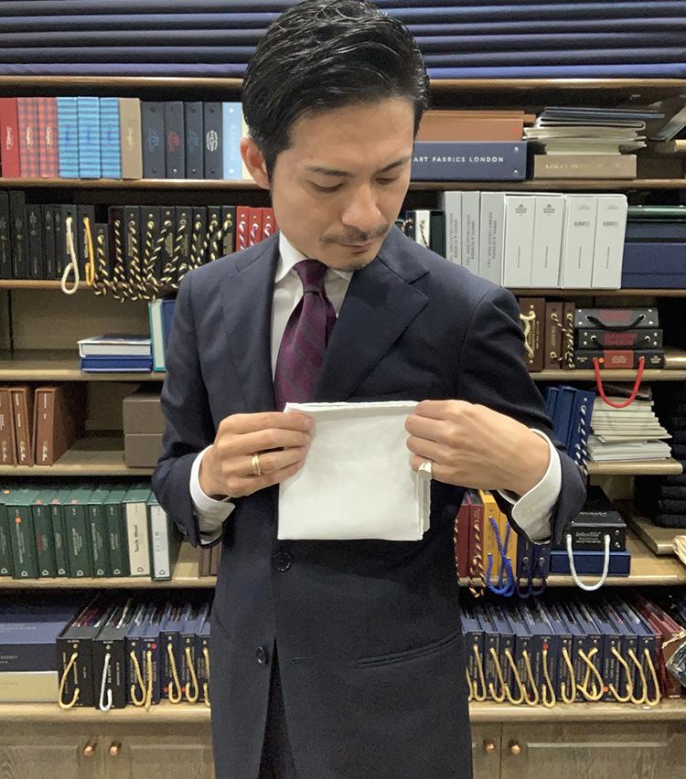 <p>4. 胸ポケットの幅に合わせ、小さいポケットチーフの場合は縦に半分に折り、大きいポケットチーフの場合は縦に3分の1に折る。</p>