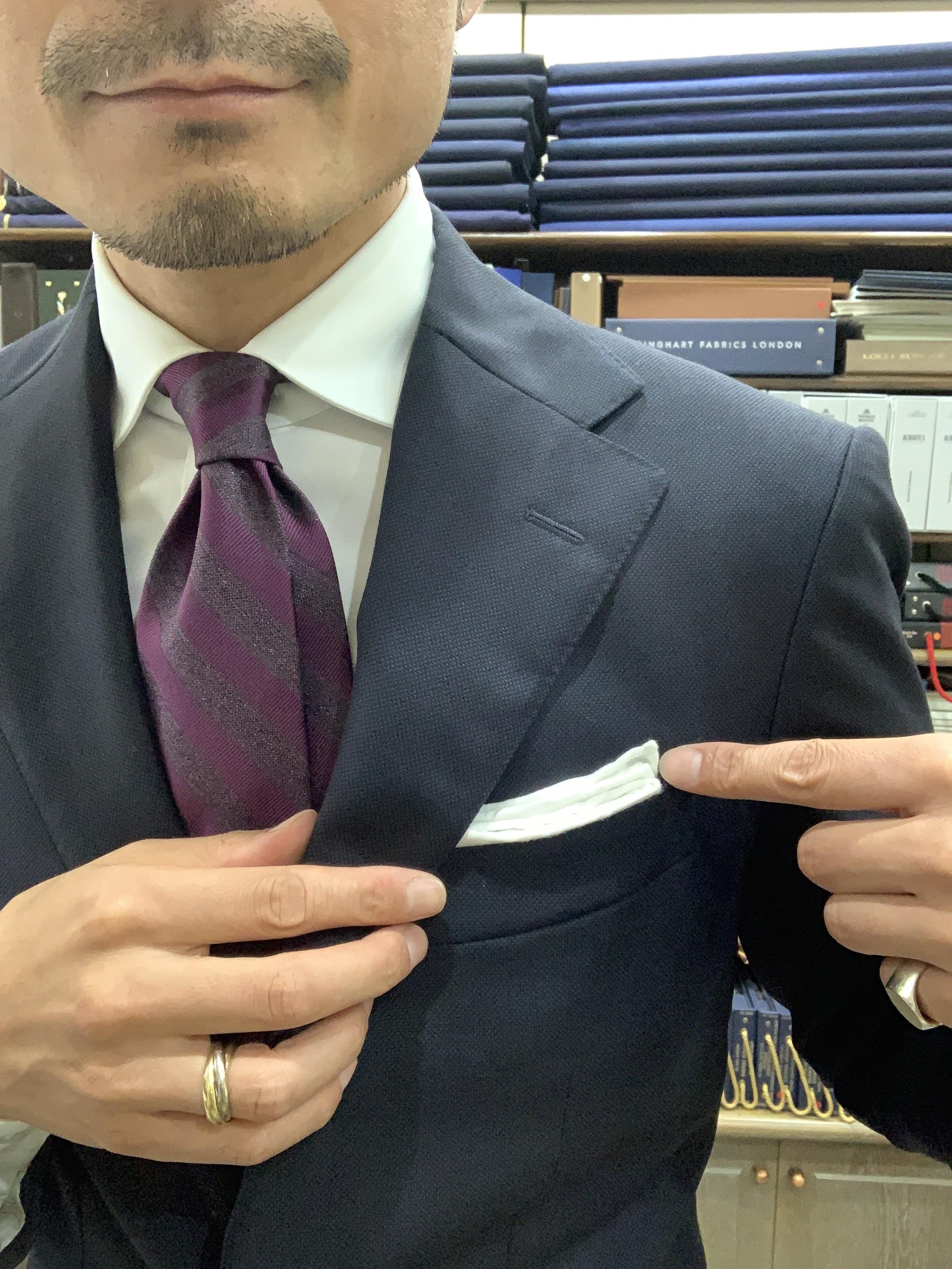 <p>7. 胸ポケットの傾斜に合わせて、ポケットチーフを斜めにして……</p>