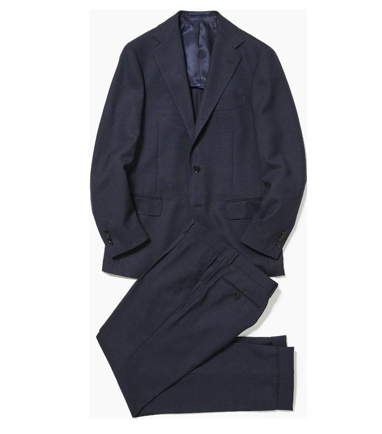 <p><strong>1.リングヂャケットの紺無地スーツ</strong><br /> バルーンフレスコの紺無地スーツは、同店で人気のバルーンシリーズの新作。フレスコは通気性や耐久性に優れた英国調の夏素材。そこへ伸縮性も加えたこちらのスーツは締め付けが少なく、暑い夏もノビノビ快適に過ごすことができる。11万円(リングヂャケットマイスター206 青山店)<br /> ※パンツのみ使用</p>