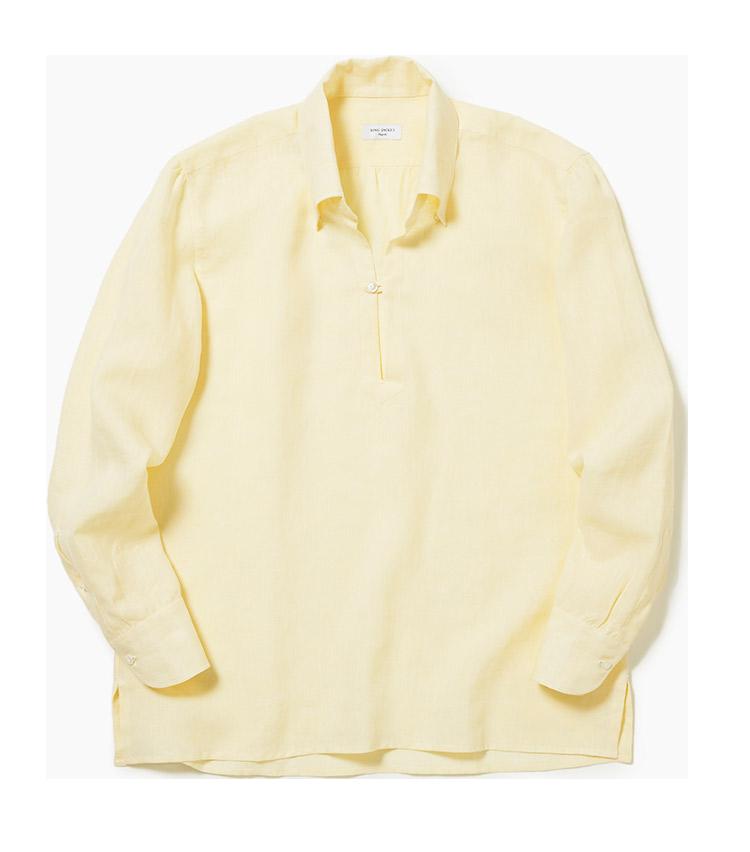 <p><strong>12.リングヂャケット ナポリのカプリシャツ</strong><br /> イタリアのカプリ島発祥のシャツは、スキッパーの襟やループ留めのボタンが特徴。こちらは肌触りの良いリネン100%。ナチュラルなトーンのイエローは、マンネリになりがちな夏の軽装を面白くしてくれる。3万2000円(リングヂャケットマイスター206 青山店)</p>