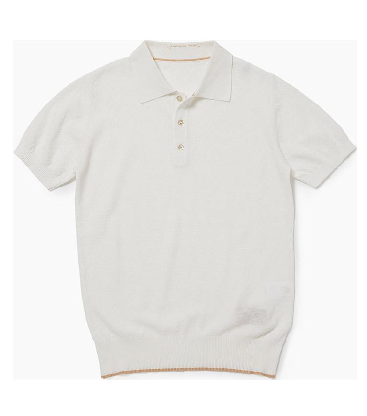 <p><strong>13.フォルテラのニットポロ</strong><br /> イタリアのお洒落有名人、アッレサンドロ・スクアルツィ氏が手掛けるワークテイストのブランド。繊細な編み地のコットンポロは、品良く装いたい日に役立つ。白地に施したベージュのトリミングもセンスを感じさせる。2万4000円(リングヂャケットマイスター206 青山店)</p>